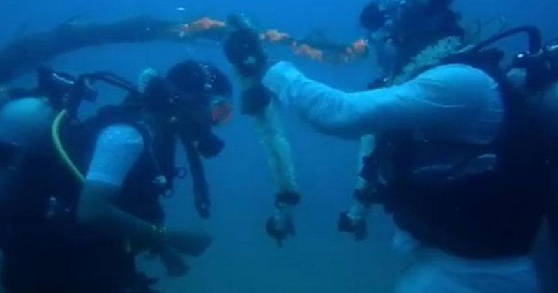 ৬০ ফুট পানির নিচে বিয়ে